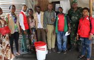 LUTTE CONTRE LE CHOLERA, LA CROIX-ROUGE DE LA RDC  DISTRIBUE LES KITS DE CONSERVATION D'EAU A LA POPULATION DU CAMP MILITAIRE KOKOLO A KINSHASA.